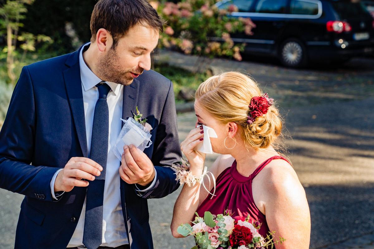 Hochzeitsgaeste bei freier Trauung Bonn in Hochzeitslocation Redoute mit Hochzeitsfotograf Bonn