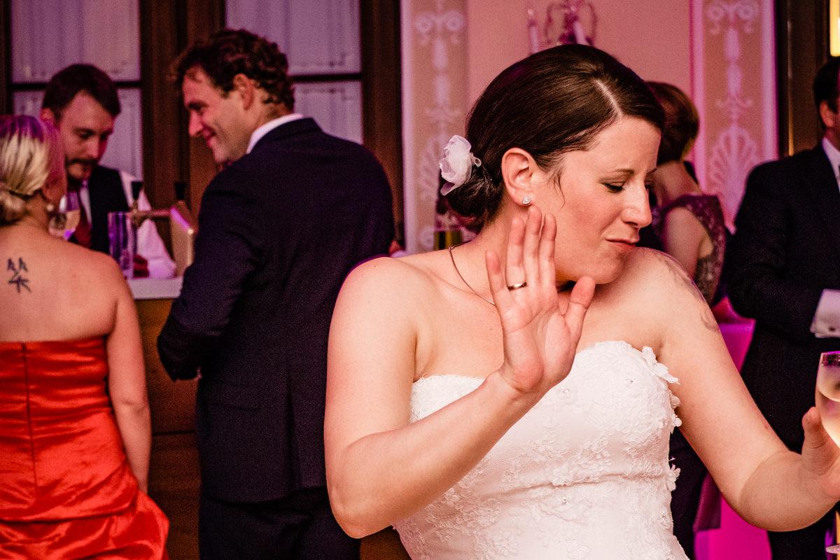 Hochzeitsparty bei Hochzeit in Bonn Bad Godesberg Hochzeitslocation Rheinhotel Dreesen mit Hochzeitsfotograf Bonn-13