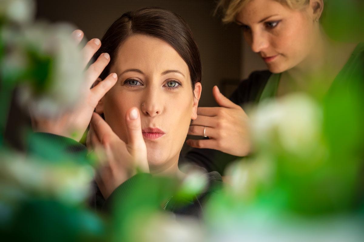 Hochzeitsvorbereitung Braut Makeup und Hochzeitsfrisur Bonn mit Hochzeitsfotograf Bonn-5