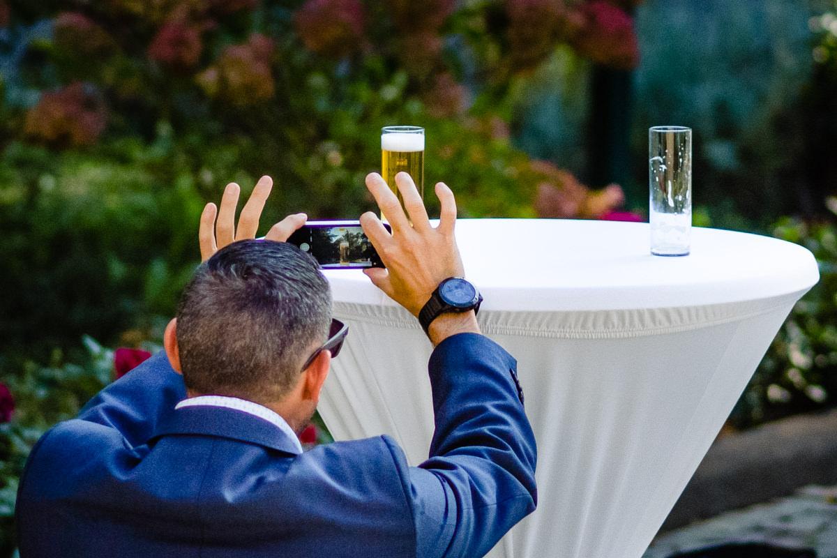 Natuerliche Hochzeitsfotos ohne Kitsch mit Hochzeitsfotograf Bonn