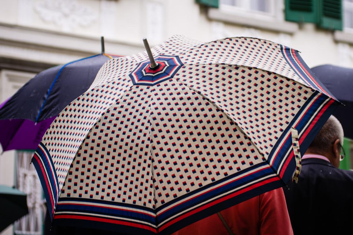 Regen bei Hochzeit Standesamt Solingen Haus Kirschheide mit Hochzeitsfotograf Solingen