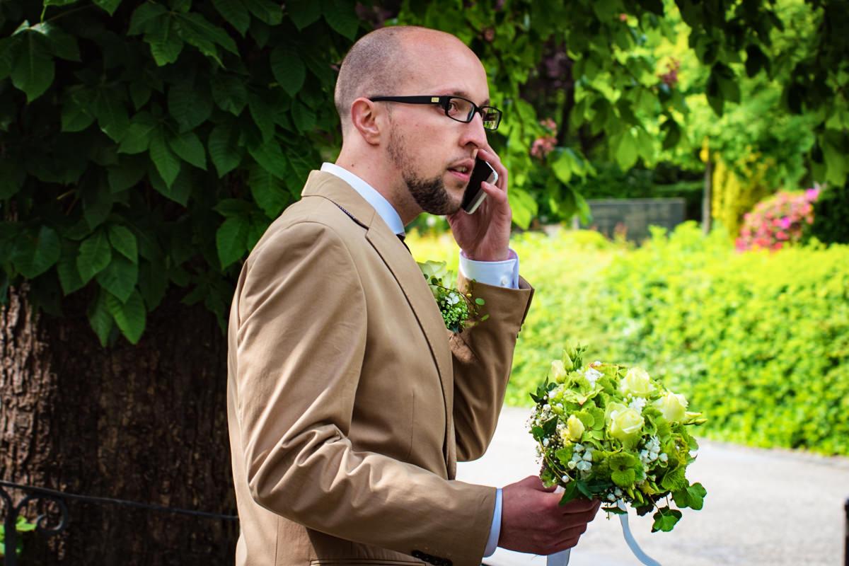 Trauzeuge wartet auf Hochzeit in evangelischer Kirche Widdert Solingen mit Hochzeitsfotograf Solingen