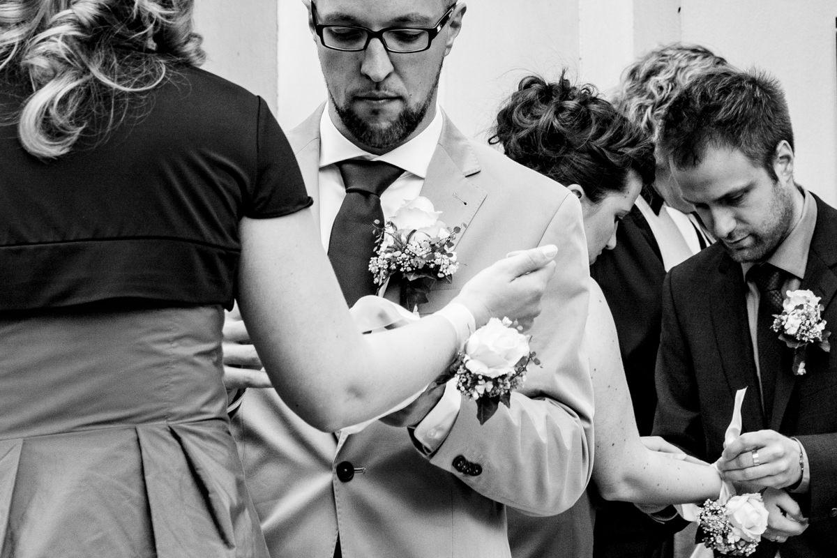 Trauzeugen warten auf Hochzeit in evangelischer Kirche Widdert Solingen mit Hochzeitsfotograf Solingen