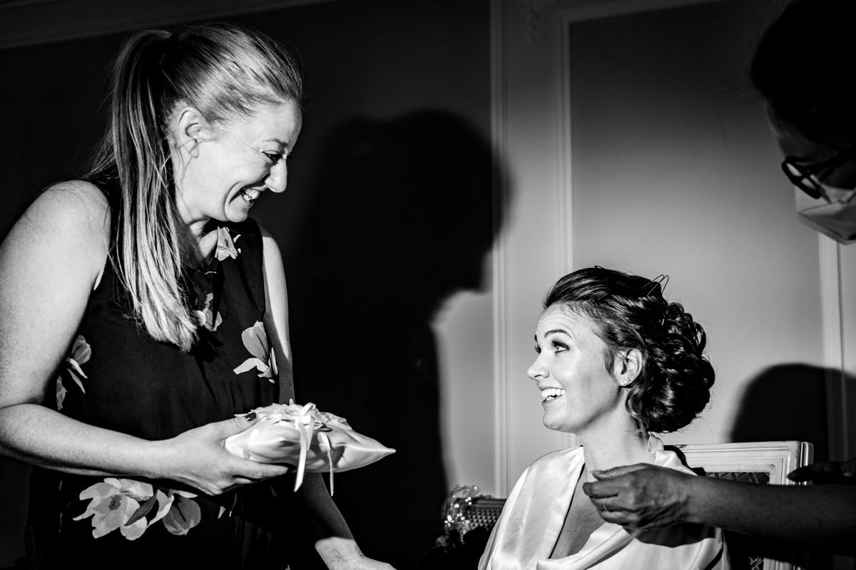 Trauzeugin mit Kissen für Eheringe fuer Hochzeit in Bonn mit Hochzeitsfotograf Bonn