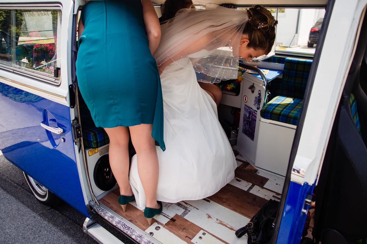 VW Bus als Hochzeitsauto mit Hochzeitsfotograf Solingen