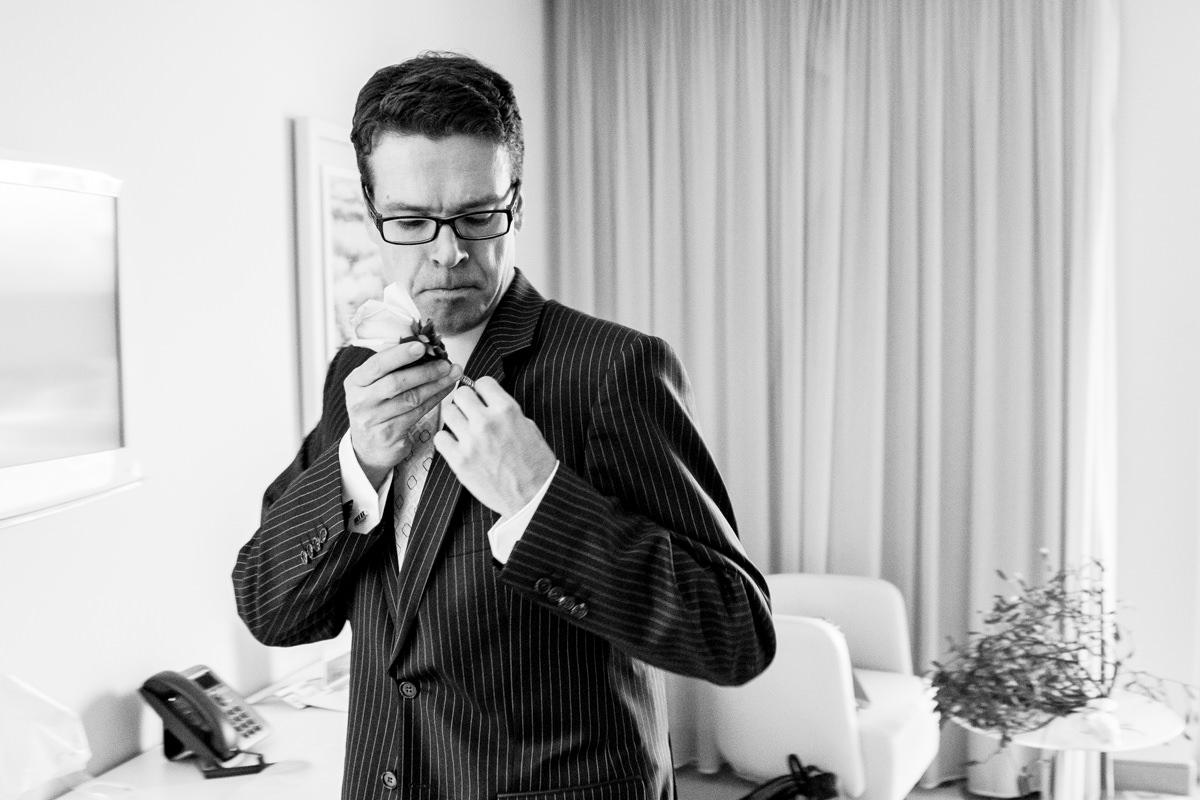 Vorbereitung Braeutigam in Art Otel Koeln mit Hochzeitsfotograf Koeln_