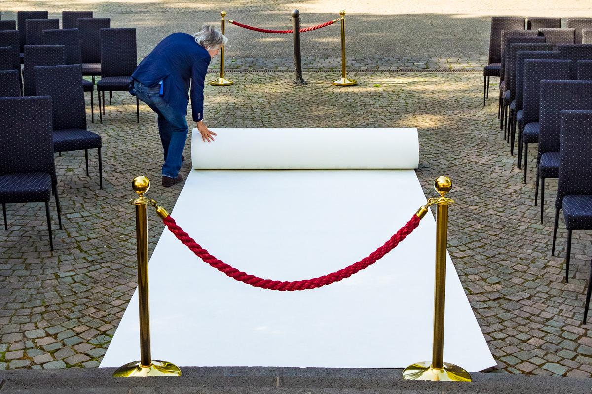 Weisser Teppich fuer Hochzeit in Redoute Bonn mit Hochzeitsfotograf Bonn