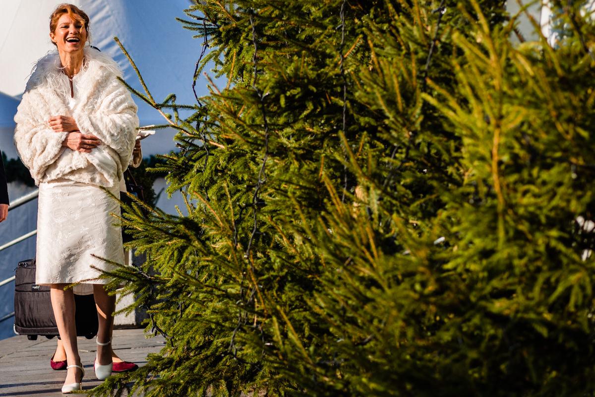 Winterhochzeit Koeln Braut vor First Look vor Schokoladenmuseum Koeln mit Hochzeitsfotograf Koeln